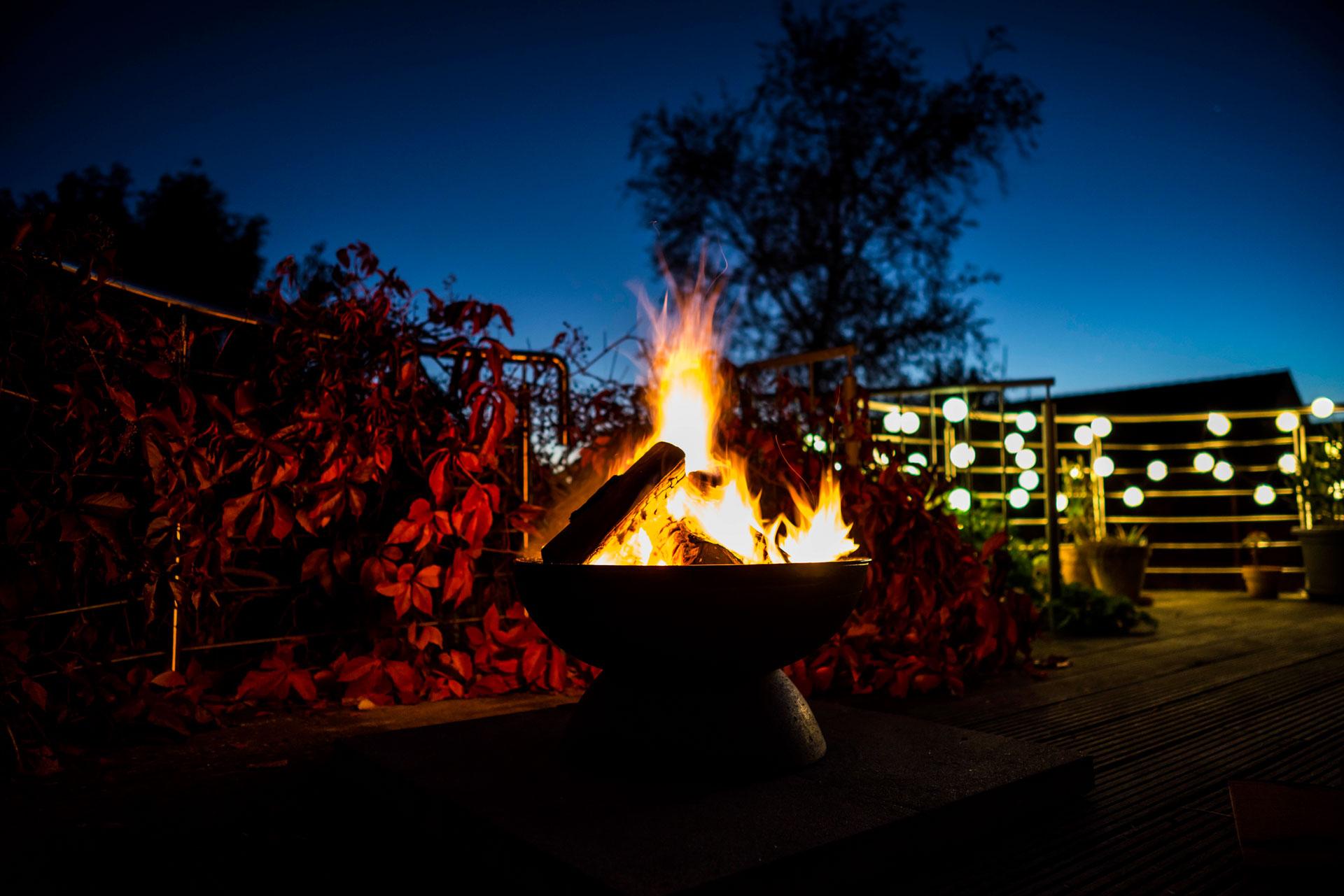 Feuerschale Round brennend auf Balkon