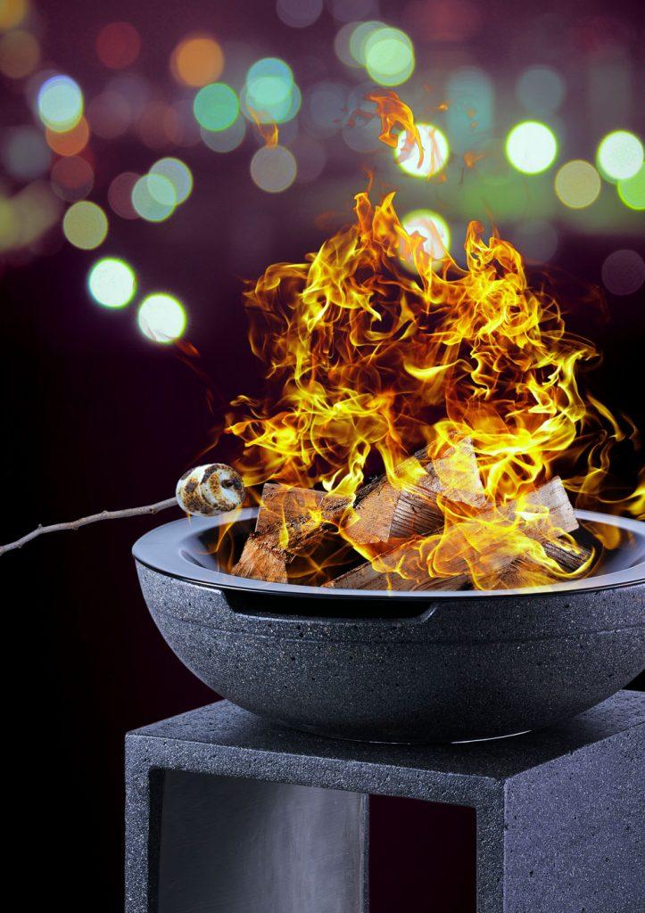 Feuerschale Modell High brennend bei Nacht mit Marshmallow